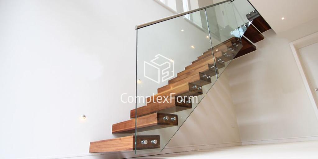 Консольная лестница с ограждением из стекла на второй этаж