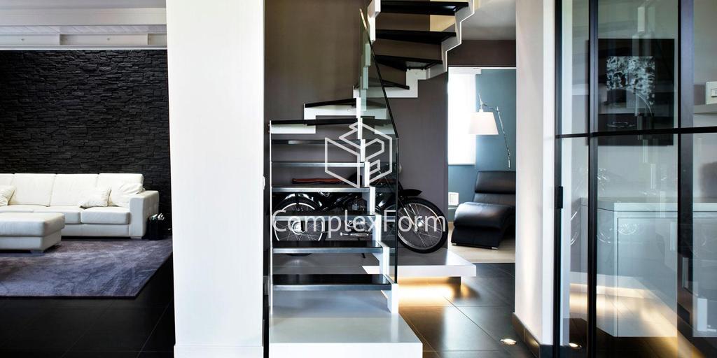 Черно белая лестница со стеклянным ограждением в доме