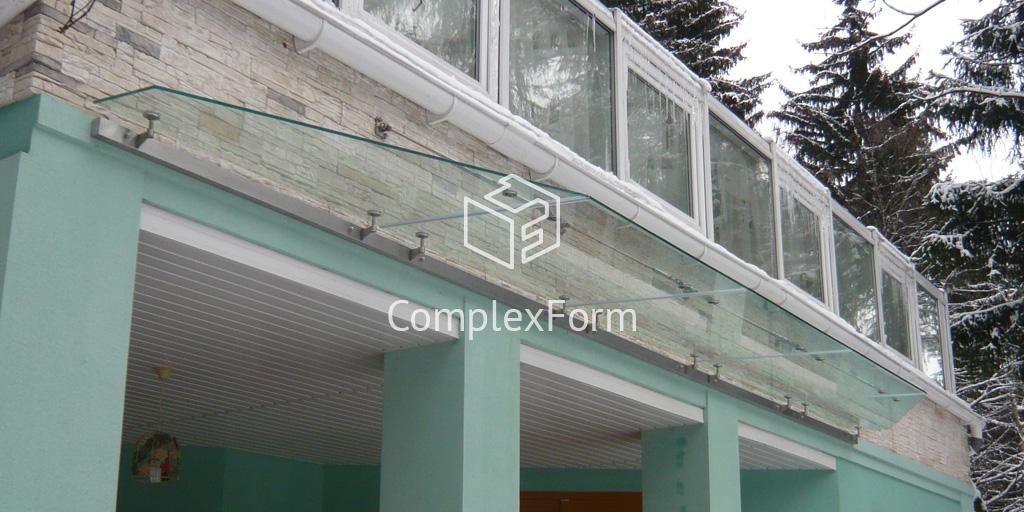 Козырек из стекла триплекс над крыльцом дома