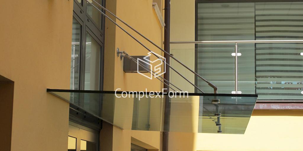 Козырек из закаленного стекла над входом в офисное здание