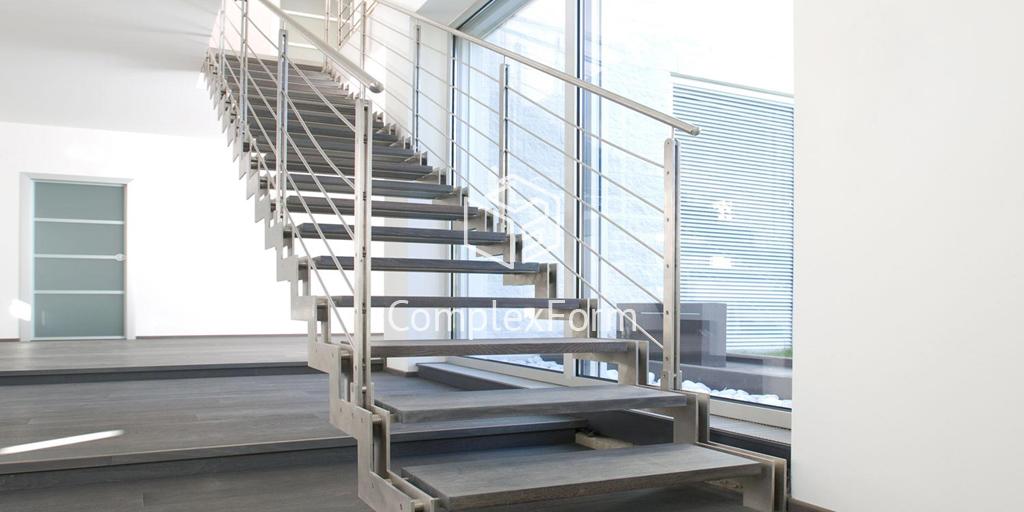Лестница из нержавейки с дубовыми ступенями в частном доме
