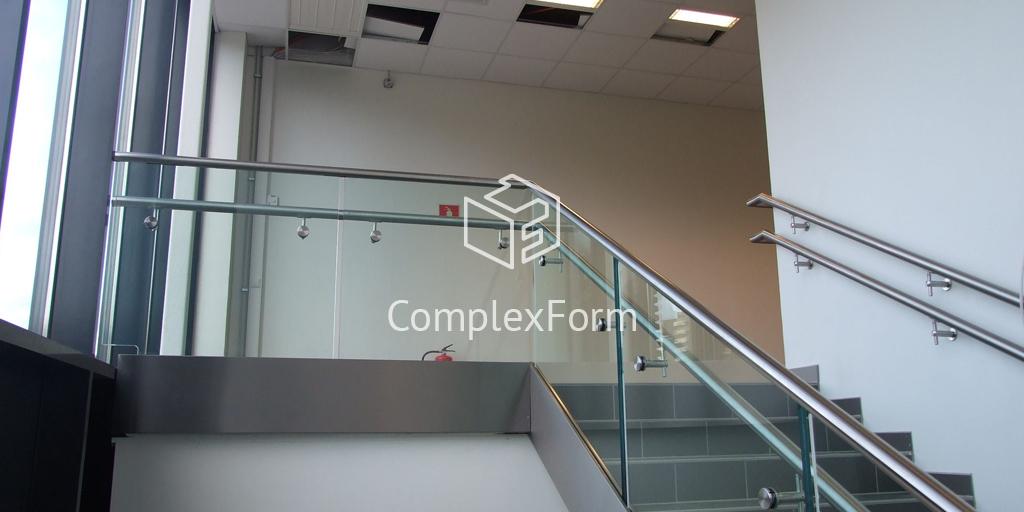 Цельностеклянные ограждения лестниц для общественного здания в Мытищах