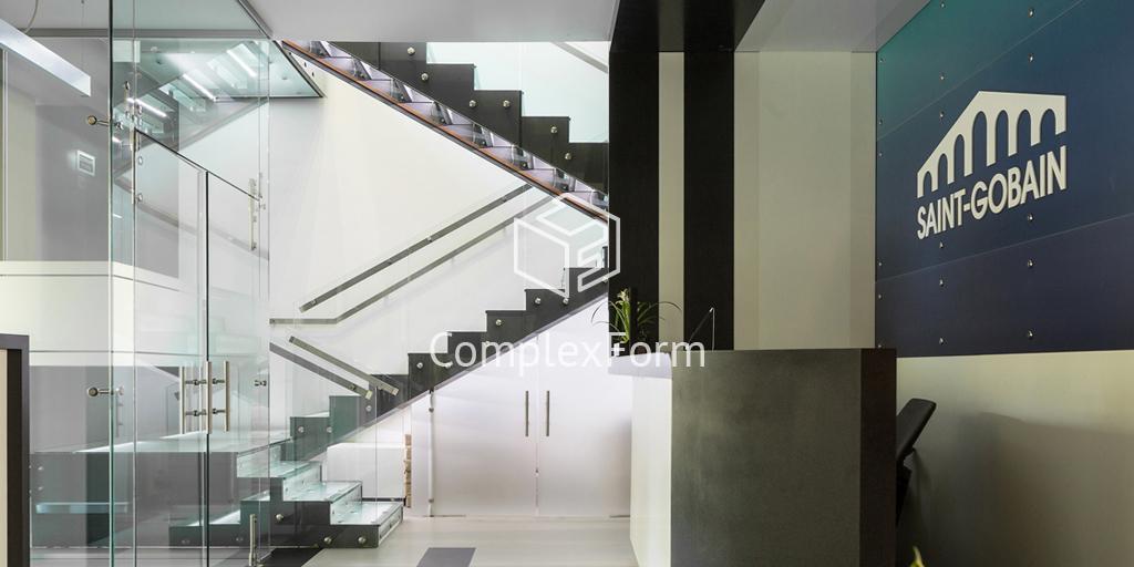Стеклянная лестница на тетиве с подсветкой в учебном центре Saint-Gobain