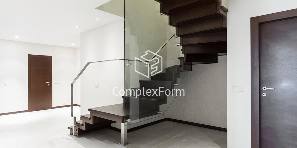 Деревянная лестница на металлическом косоуре